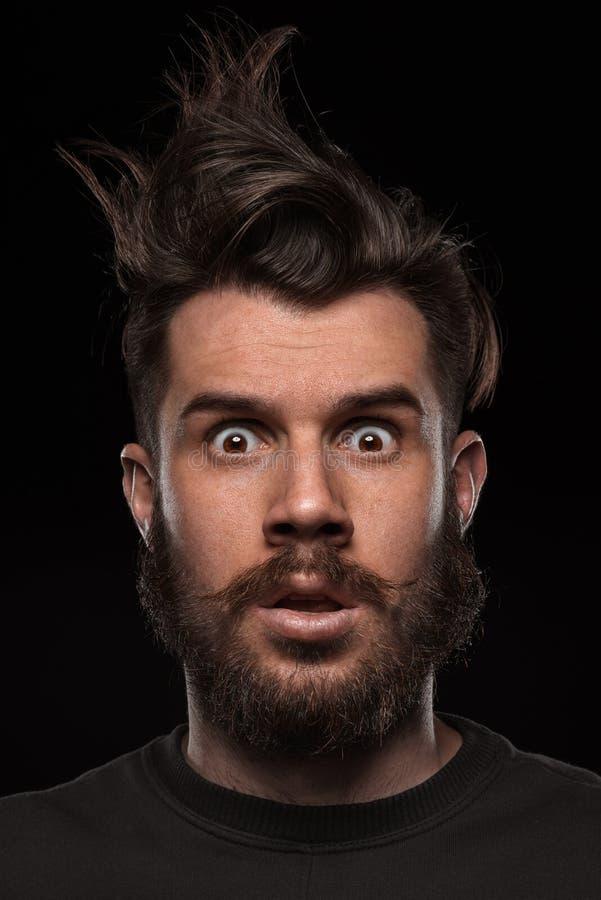 Portret van de jonge slonzige mens in studio stock afbeeldingen