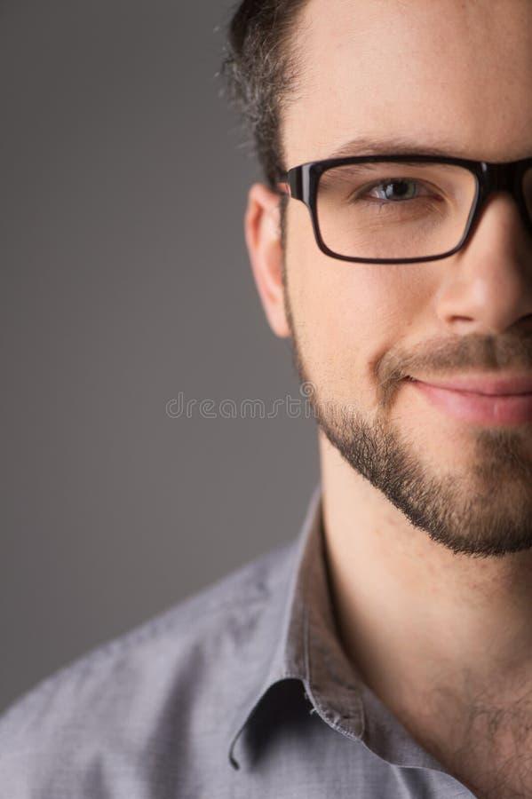 Portret van de jonge toevallige mens met glazen het glimlachen stock foto