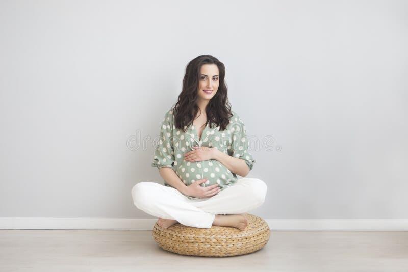 Portret van de jongelui die zwangere vrouw glimlachen royalty-vrije stock fotografie
