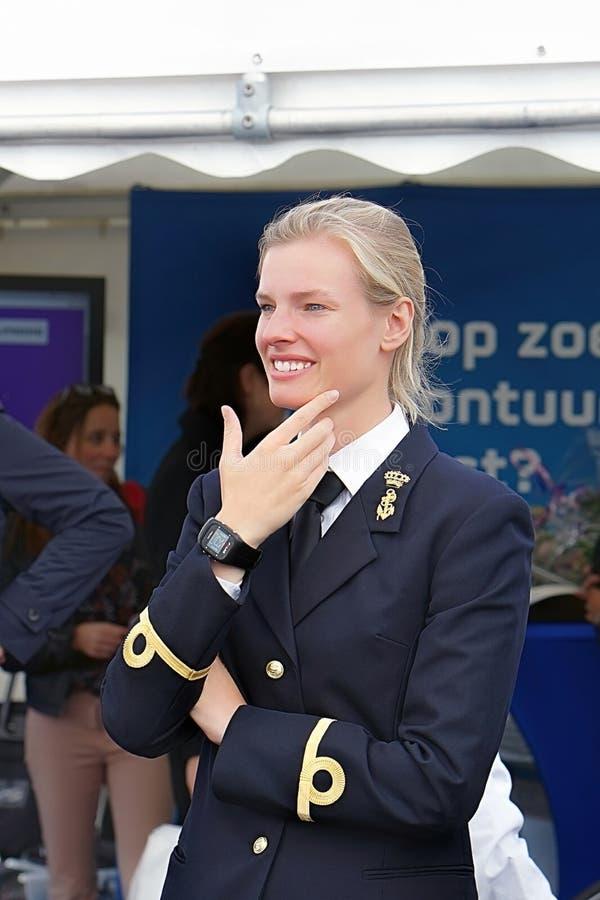 Portret van de kapiteinsvrouw in het uniform royalty-vrije stock fotografie