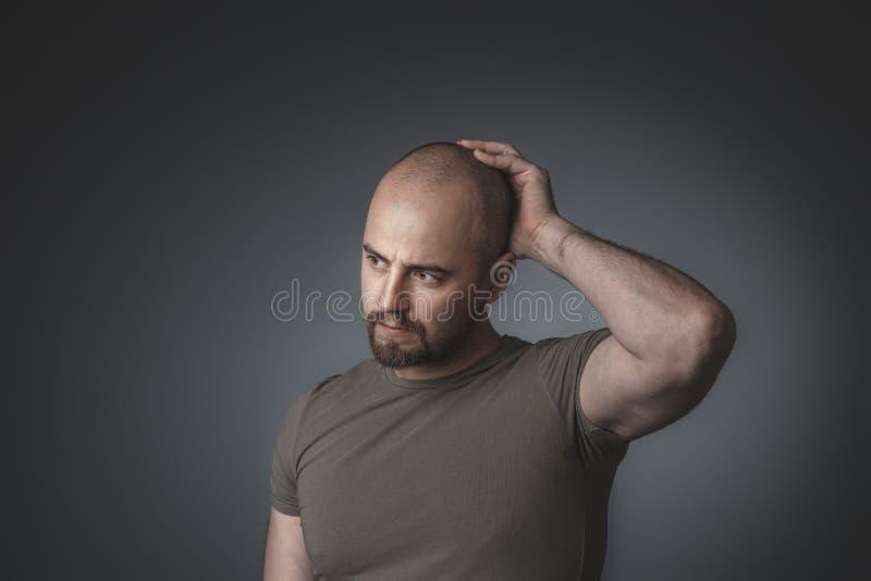 Portret van de Kaukasische mens met nadenkende uitdrukking royalty-vrije stock foto