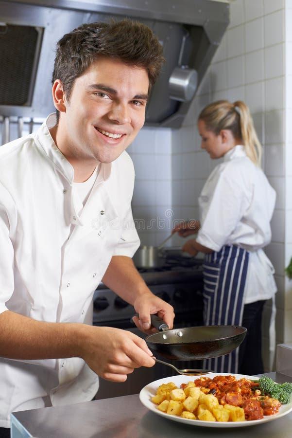 Portret van de Keuken van Chef-kokworking in restaurant stock afbeelding
