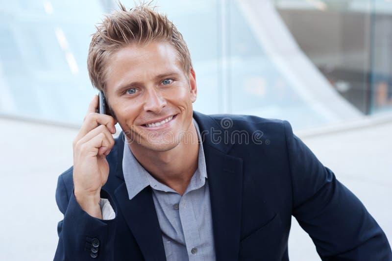 Portret van de knappe bedrijfsmens die celtelefoon met behulp van royalty-vrije stock foto's
