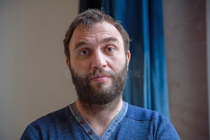 Portret van de knappe gebaarde mens stock foto's
