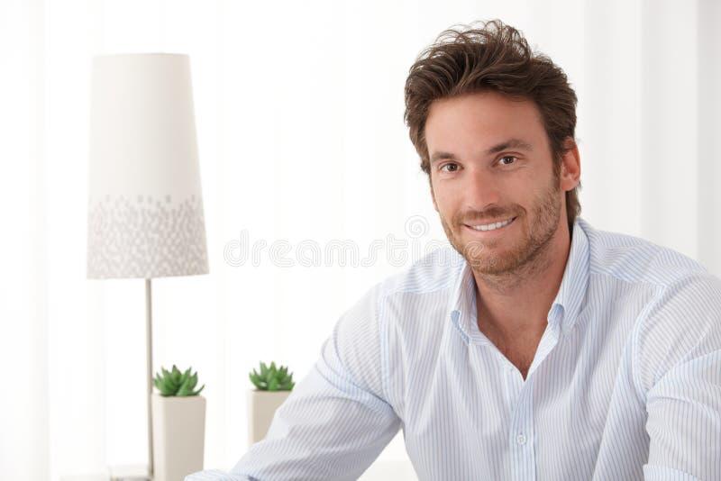 Portret van de knappe glimlachende mens stock fotografie