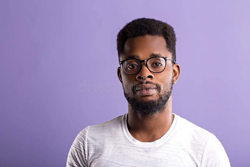 portret van de knappe jonge Afrikaanse Amerikaanse mens royalty-vrije stock foto's