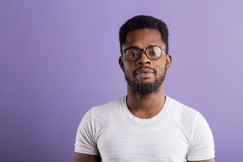 portret van de knappe jonge Afrikaanse Amerikaanse mens stock afbeeldingen