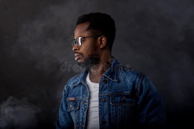 Portret van de knappe jonge Afrikaanse mens op zwarte achtergrond stock afbeeldingen