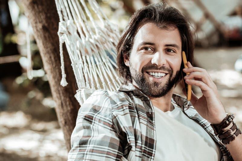 Portret van de knappe mens die aan telefoon spreken stock afbeelding