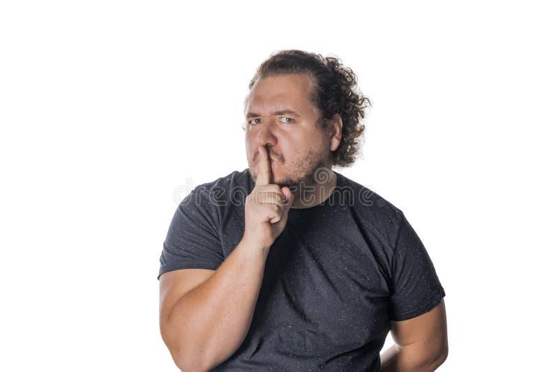 Portret van de knappe mens die zijn mond met zijn vinger inekrimpen stock afbeeldingen
