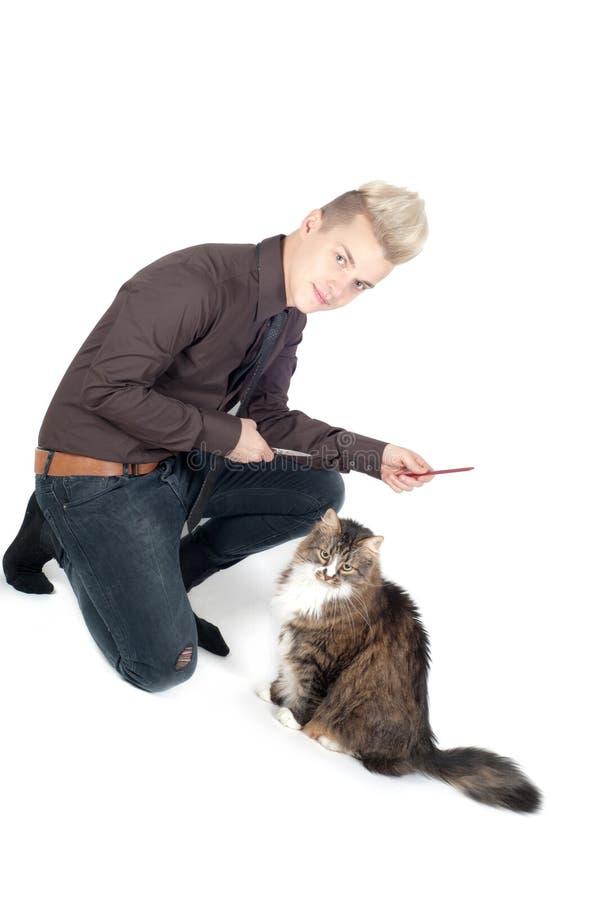Portret van de knappe mens met kat stock afbeeldingen