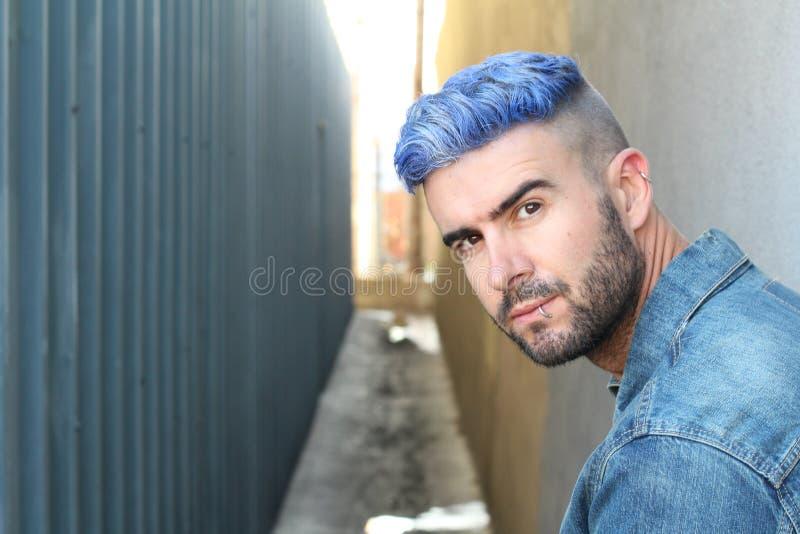 Portret van de knappe mens met modieus kapsel stock foto
