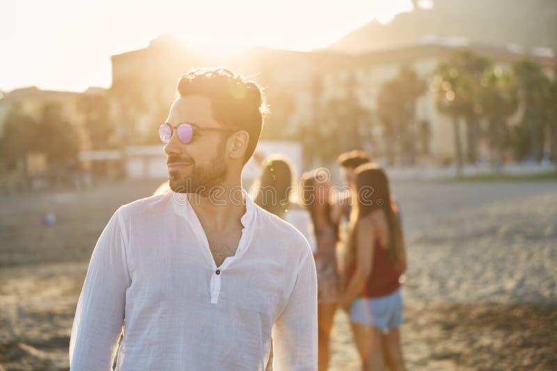 Portret van de knappe mens in zonnebril die weg smirking kijken royalty-vrije stock fotografie