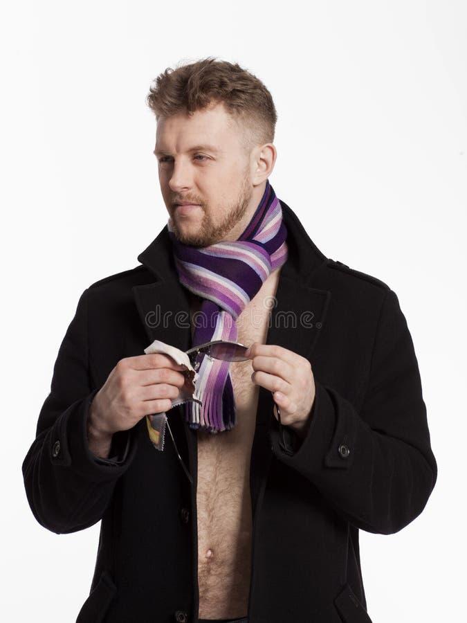 Portret van de knappe modieuze blonde mens in zonnebril en een laag stock foto