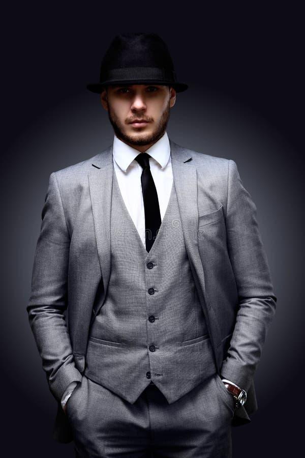 Portret van de knappe modieuze mens in elegant kostuum stock foto's