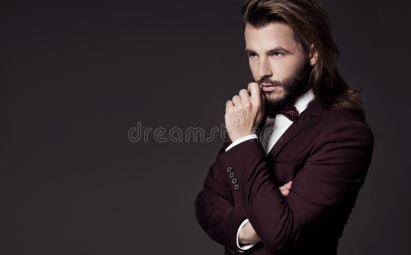 Portret van de knappe modieuze mens in elegant kostuum royalty-vrije stock foto's