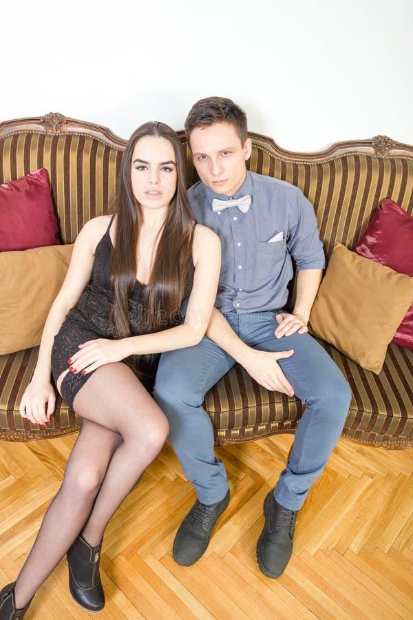 Portret van de knappe modieuze mens met het charmante vrouw stellen royalty-vrije stock foto's