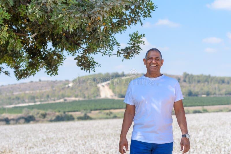 Portret van de Knappe Oude Actieve Hogere Mens in openlucht Hogere landbouwer die zich op weideachtergrond bevinden royalty-vrije stock fotografie
