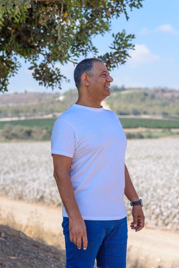 Portret van de Knappe Oude Actieve Hogere Mens in openlucht Sportieve atletische bejaarde zakenman op aardachtergrond royalty-vrije stock afbeeldingen