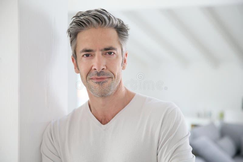 Portret van de knappe rijpe mens thuis royalty-vrije stock afbeelding
