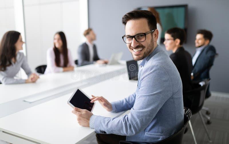 Portret van de knappe succesvolle tablet van de zakenmanholding royalty-vrije stock foto