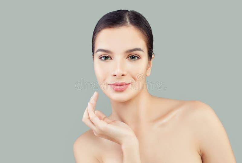 Portret van de kuuroord het modelvrouw Gezichtsbehandeling, gezicht dat, anti en het concept van de huidzorg opheft veroudert royalty-vrije stock afbeelding
