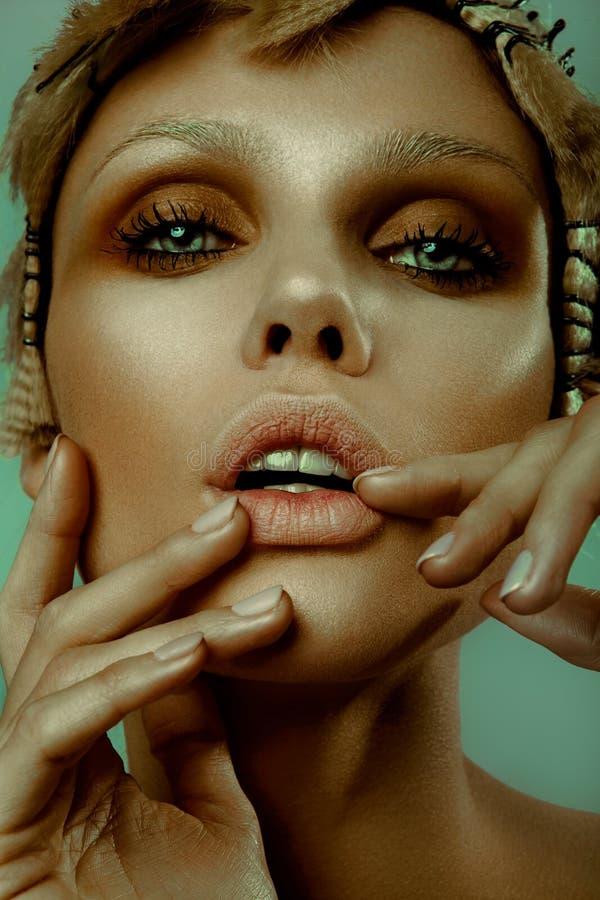 Portret van de manier het modieuze schoonheid Het mooie Close-up van het Meisjes` s Gezicht kapsel royalty-vrije stock afbeeldingen