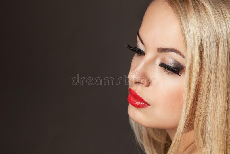 Portret van de manier het Modieuze Schoonheid van glimlachend mooi blondemeisje royalty-vrije stock foto