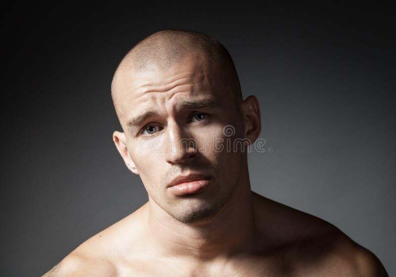 Portret van de meelijwekkende sterke mens op grijs stock fotografie