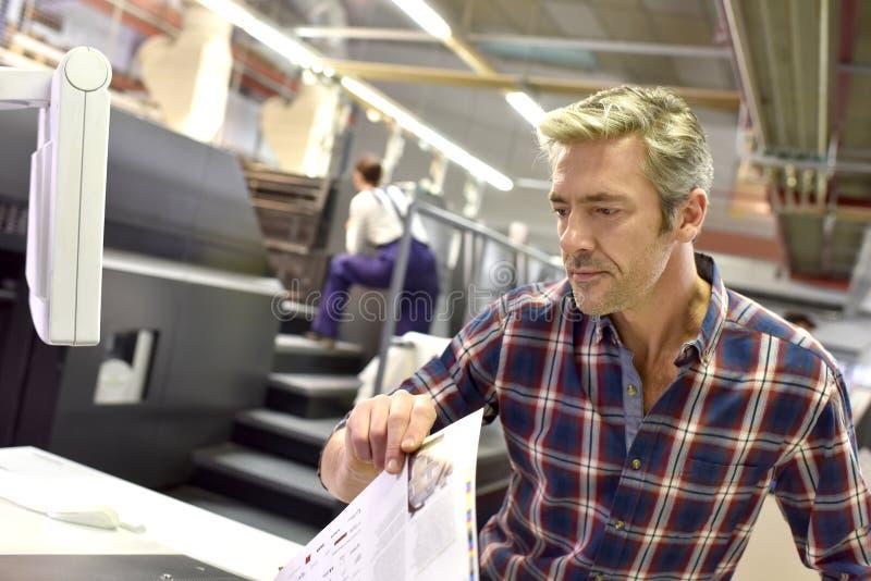 Portret van de mens die in de drukindustrie werken royalty-vrije stock afbeeldingen