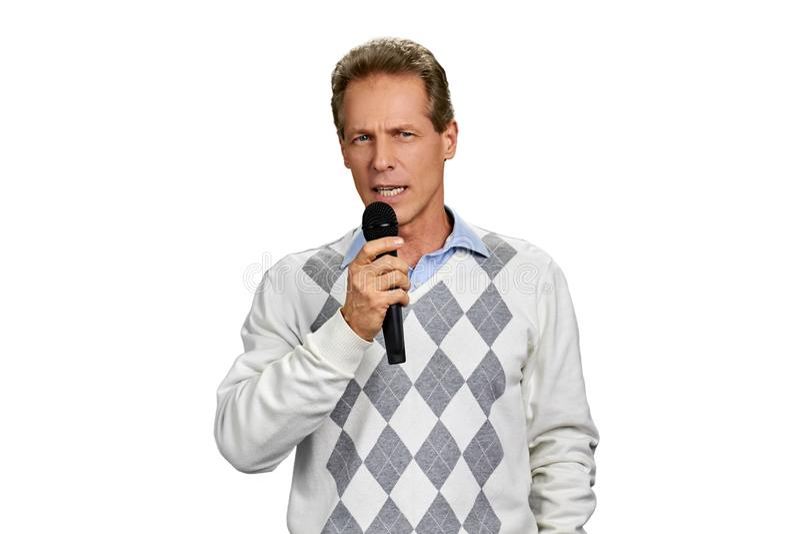Portret van de mens die in microfoon spreken stock fotografie