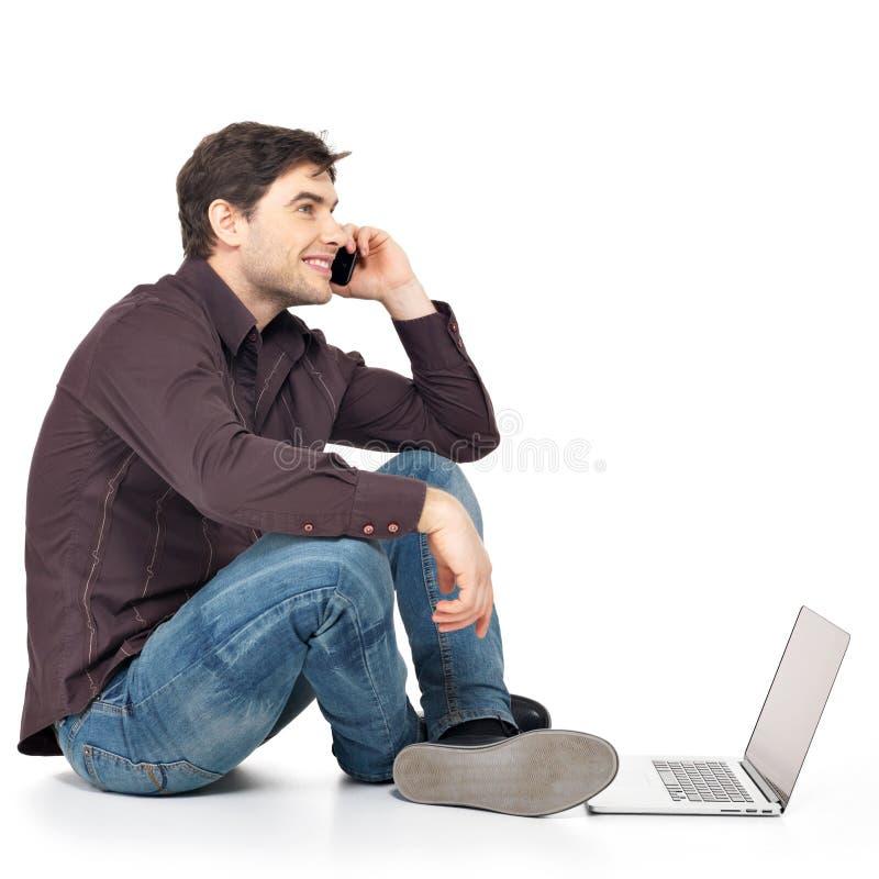Portret van de mens die telefoon met laptop uitnodigen royalty-vrije stock afbeeldingen