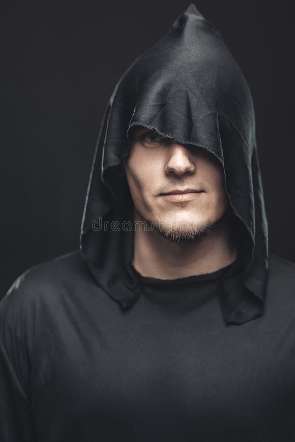 Portret van de mens in een zwarte robe royalty-vrije stock foto