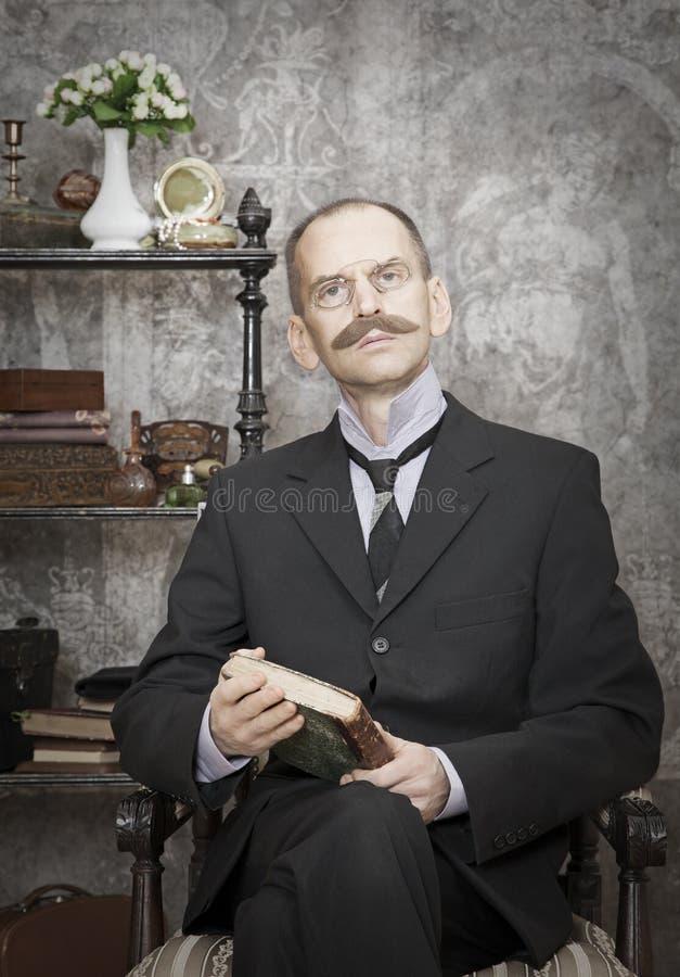 Portret van de mens met een boek royalty-vrije stock fotografie