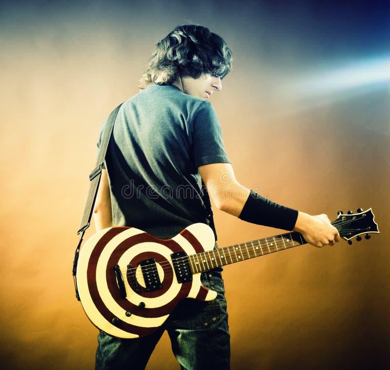 Portret van de mens met gitaar stock foto's