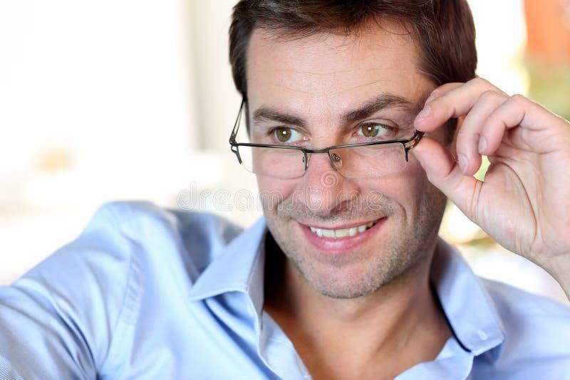 Portret van de mens met glazen stock afbeeldingen