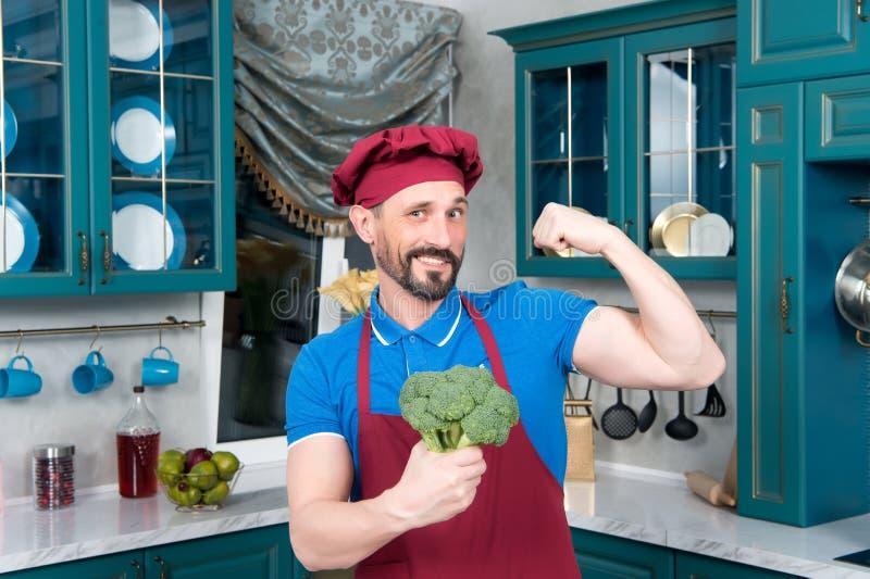 Portret van de Mens met kool Chef-kok` s geheimen in broccoli De broccoli geven macht aan de mens Broccoli en bicep royalty-vrije stock afbeeldingen