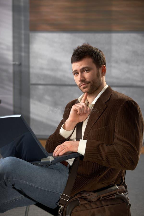 Portret van de mens met laptop royalty-vrije stock afbeeldingen