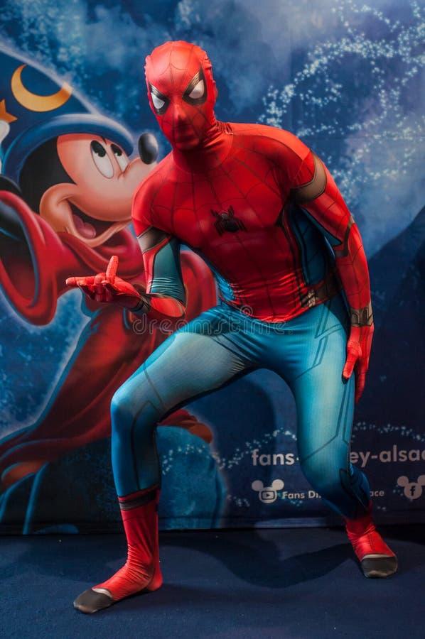 Portret van de mens met spiderman kostuum bij de geek cosplay overeenkomst royalty-vrije stock foto