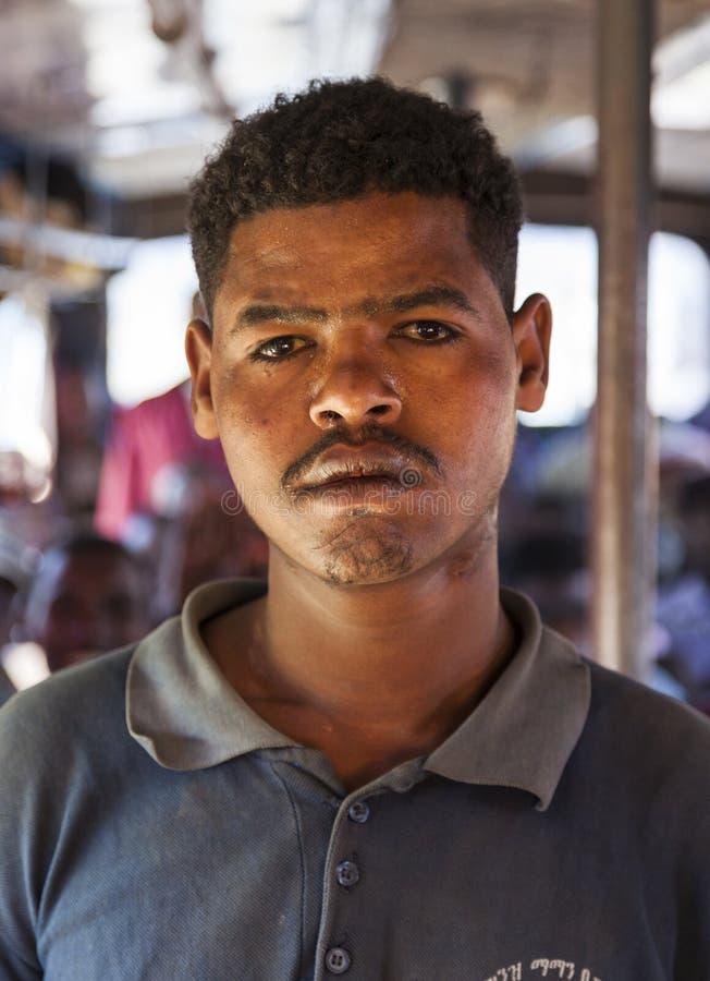 Portret van de mens op de bus De bussen in Ethiopië gaan wanneer hoogtepunt, n weg stock afbeelding