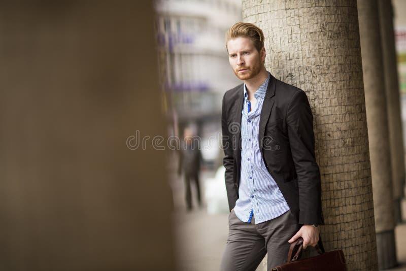 Portret van de moderne zakenman met aktentas het wachten outdoo stock foto's