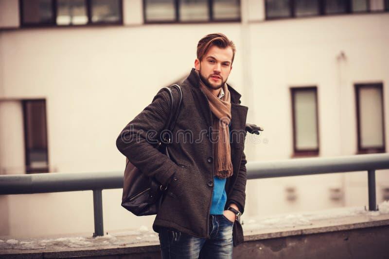 Portret van de modieuze goed geklede mens stock afbeeldingen