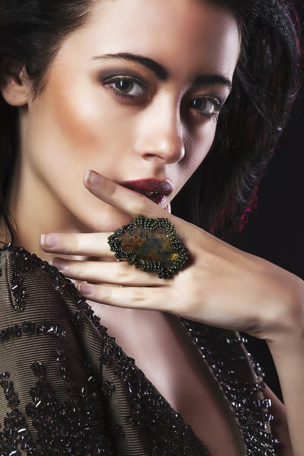Portret van de mooie donkerbruine foto van de womamanier royalty-vrije stock afbeelding