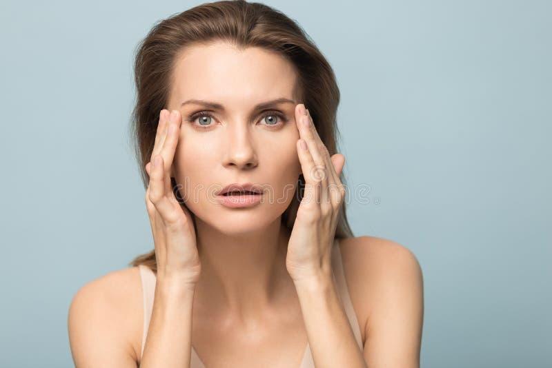 Portret van de mooie gezonde schone huid van de vrouwenaanraking royalty-vrije stock afbeeldingen