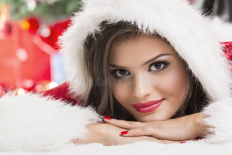 Portret van de mooie helper van de vrouwenkerstman stock foto's