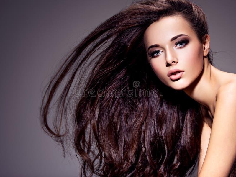 Portret van de mooie jonge vrouw met lang bruin haar stock foto