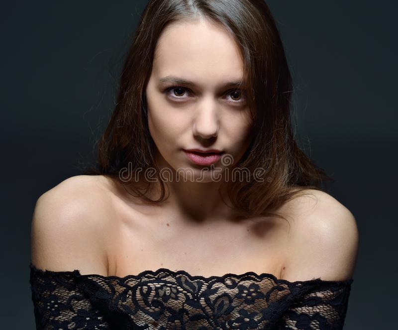 Portret van de mooie vrouw t in zwarte kantblouse stock fotografie