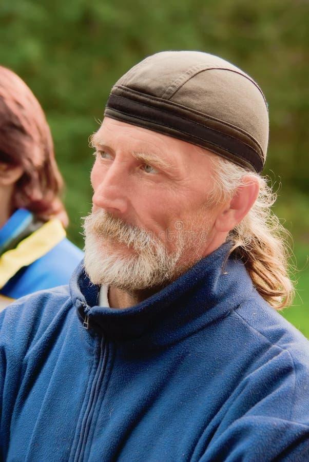 Portret van de nadenkende bejaarde sportman royalty-vrije stock afbeeldingen