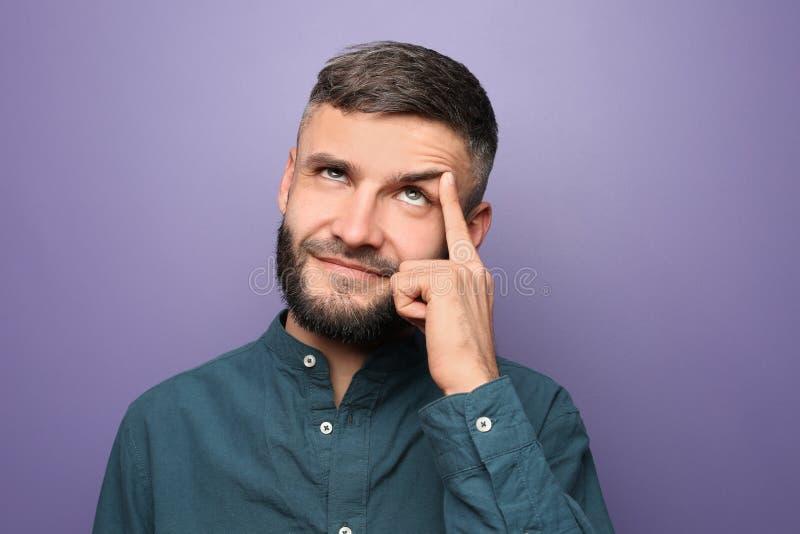 Portret van de nadenkende mens op kleurenachtergrond royalty-vrije stock foto's
