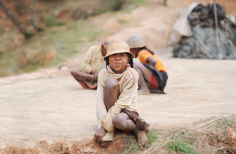Portret van de niet geïdentificeerde jongen van Madagascar met een grimas op een gezicht stock afbeeldingen